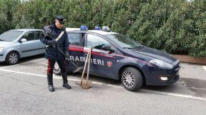 Un carabiniere controlla il metal detector sequestrato a Capocolonna