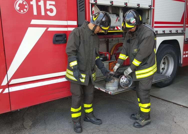 I vigili del fuoco con la bombola incendiatasi