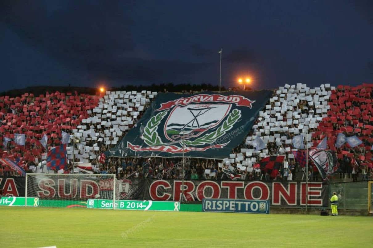 http://www.crotonenews.com/wp-content/uploads/2015/06/Curva-sud-Crotone.jpg