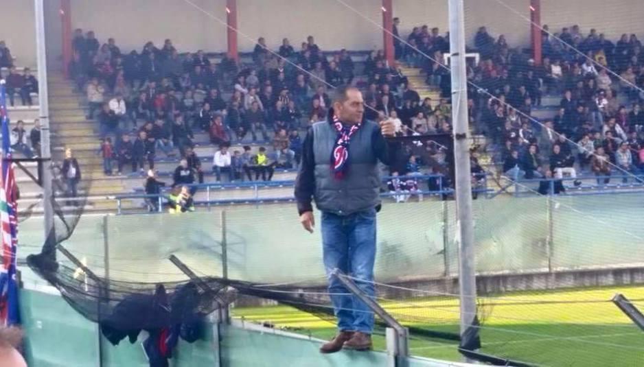 Tommaso Perna mentre dirige la curva del rossoblu