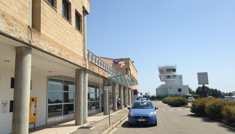 L'aeroporto di Crotone e sullo sfondo la torre di controllo