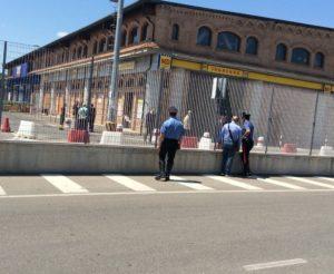 Carabinieri e artificieri si avvicinano al l'involucro fatto saltare in aria