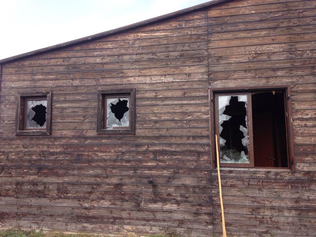 Isola capo rizzuto ancora danni a terre joniche distrutti i vetri delle finestre di un - Decorare i vetri delle finestre ...