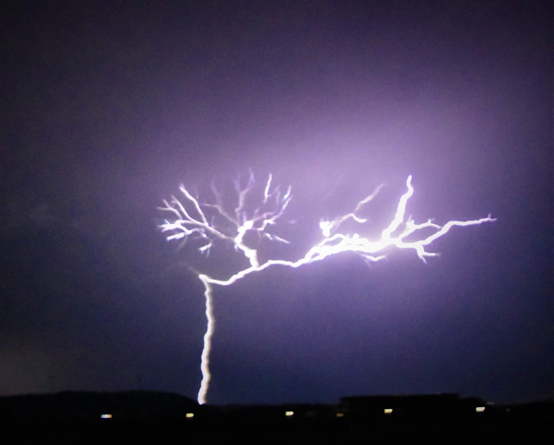 Tempesta di fulmini su Crotone, lo scatto di Maurizio Talotta è  straordinario | CrotoneNews